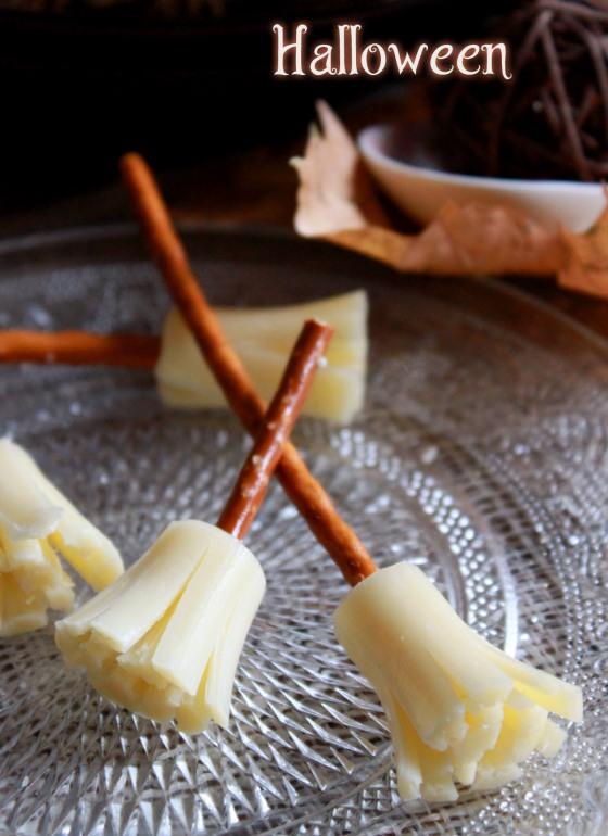 halloween balais de sorci res au fromage et bretzel chachou 39 s kitchen. Black Bedroom Furniture Sets. Home Design Ideas